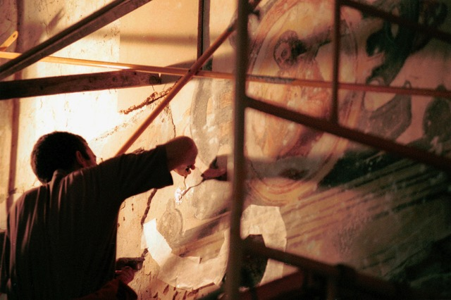 Pepe restoring frescos in 2002 . Photo © Carlos Cáceres