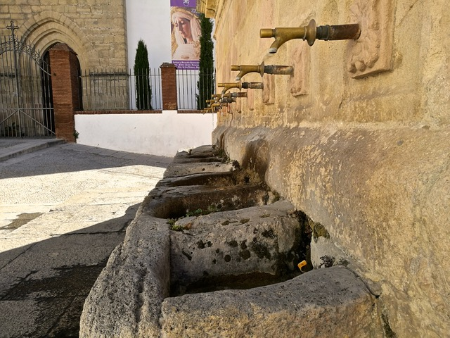 The Ocho caños wall fountain in the Padre Jesús district of Ronda. Photo © snobb.net